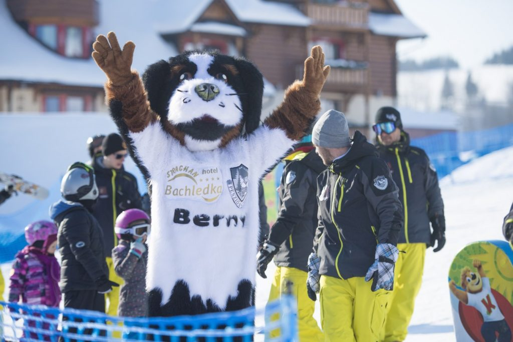 Maskot Berny v lyžiarskom stredisku Stracan Ski Centrum